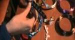 Anillo elegante hecho de alambre y perlas